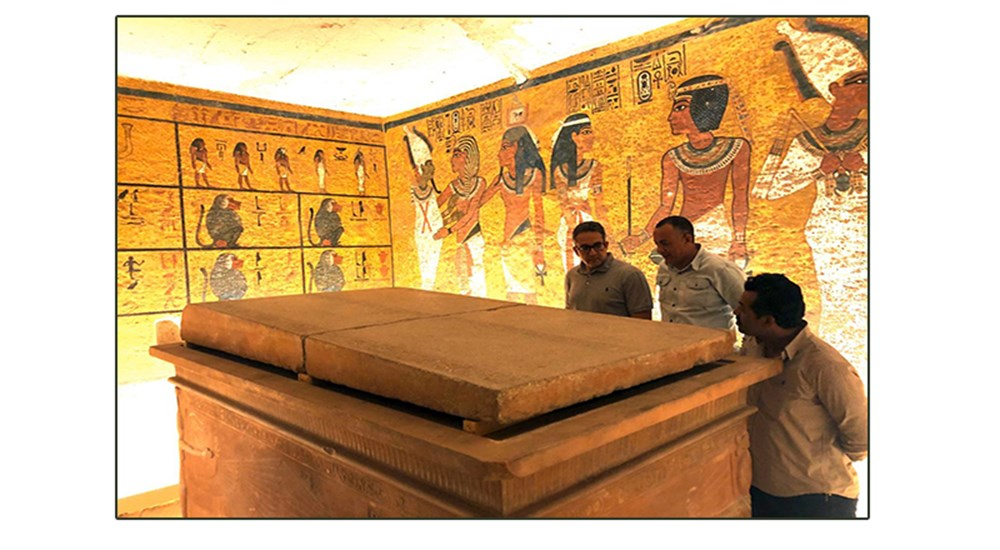 Re-installation of the sarcophagus cover at the tomb of the young king TOUT